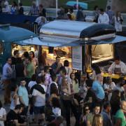 Una veintena de gastrocaravanas participan en el festival de comida callejera