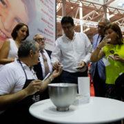 Talleres de alfarería y de baño de bollos de Portillo en el stand de Valladolid durante los fines de semana