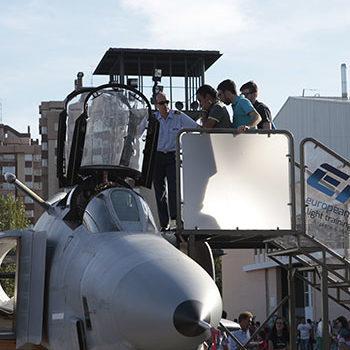 Sube a la cabina de un avión Phantom F-IV en la Feria de Muestras