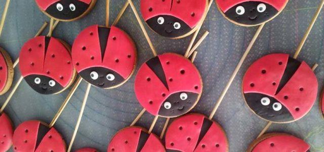 Taller infantil de decoración de galletas con el centro de repostería creativa Deliciass en la Feria del Stock