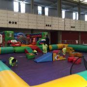 Zona infantil con hinchable, zona de juegos, camas elásticas y servicio de ludoteca gratuito